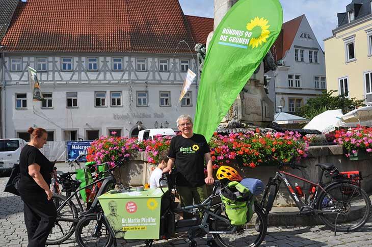 Start von Martins Klimatour geht los. Martin startet mit seinem Lastenrad vom Marktplatz in Kulmbach Richtung Altenkunstadt